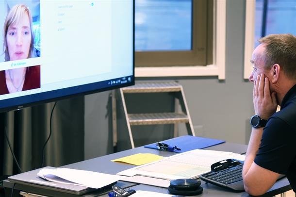 AMK-operatør øver på nødsamtale med video.