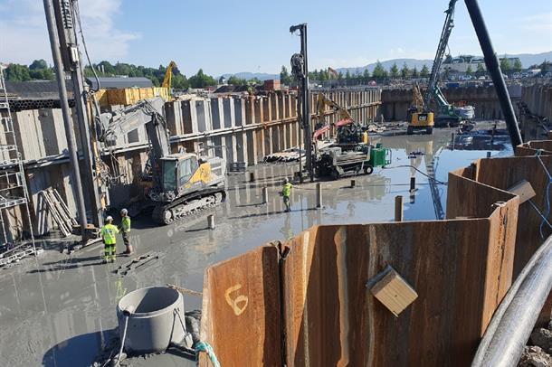 Konstruksjonsarbeidere og maskiner ved jobbing på fundamentene ved Nytt sykehus i Drammen