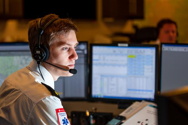 AMK-operatør i Vestre Viken svarer på samtaler fra innringere.