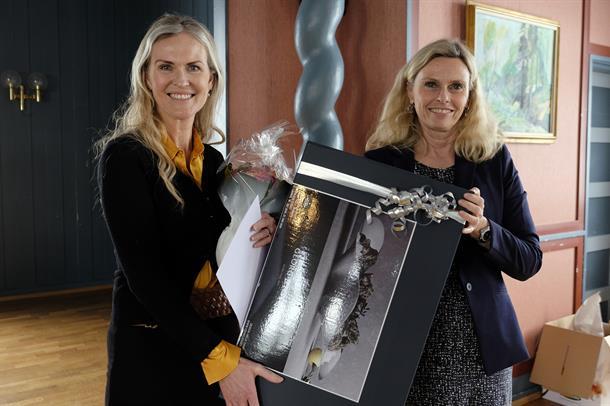 Psykolog og phd-stipendiat Charlotte M. Teigset mottar Forskningsprisen 2019 av administrenrende direktør Lisbeth Sommervoll.