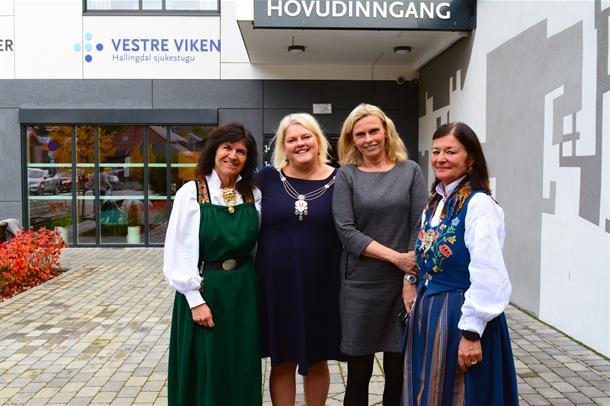 Ordfører, avdelingsleder, klinikksjef og administrerende direktør står utenfor Hallingdal sjukestugu.