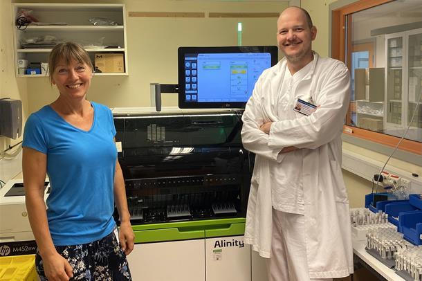Bioingeniør Guro Engedahl setter inn prøver som skal ekstraheres før PCR-analysene kan gjøres.