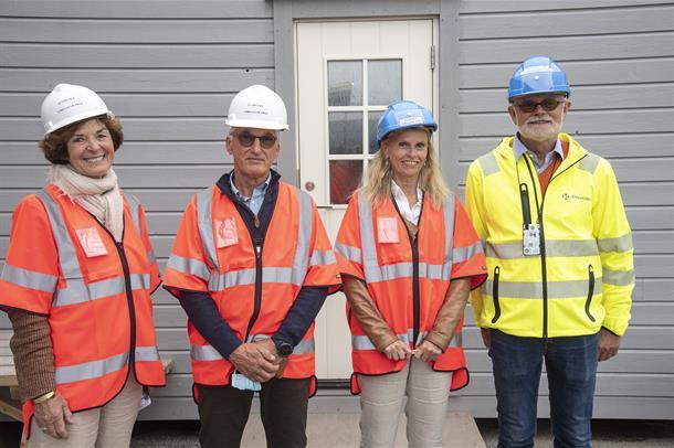 Vestre Viknes styreleder Siri Hatlen sammen med prosjektdirektørene for nytt sykehus og administrerende direktør